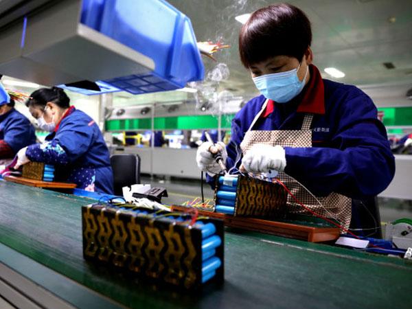 天(tian)能帥福得工人們趕制銷(xiao)往歐美市場(chang)的產品