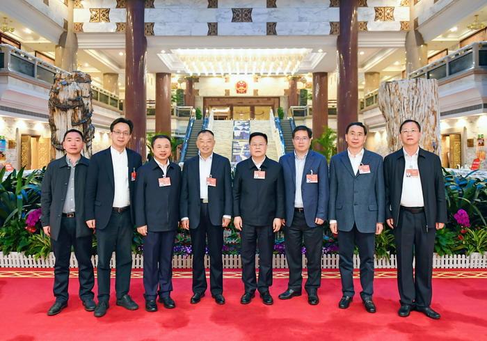 全国人大代表、天能控股集团董事长张天任与人大代表合影